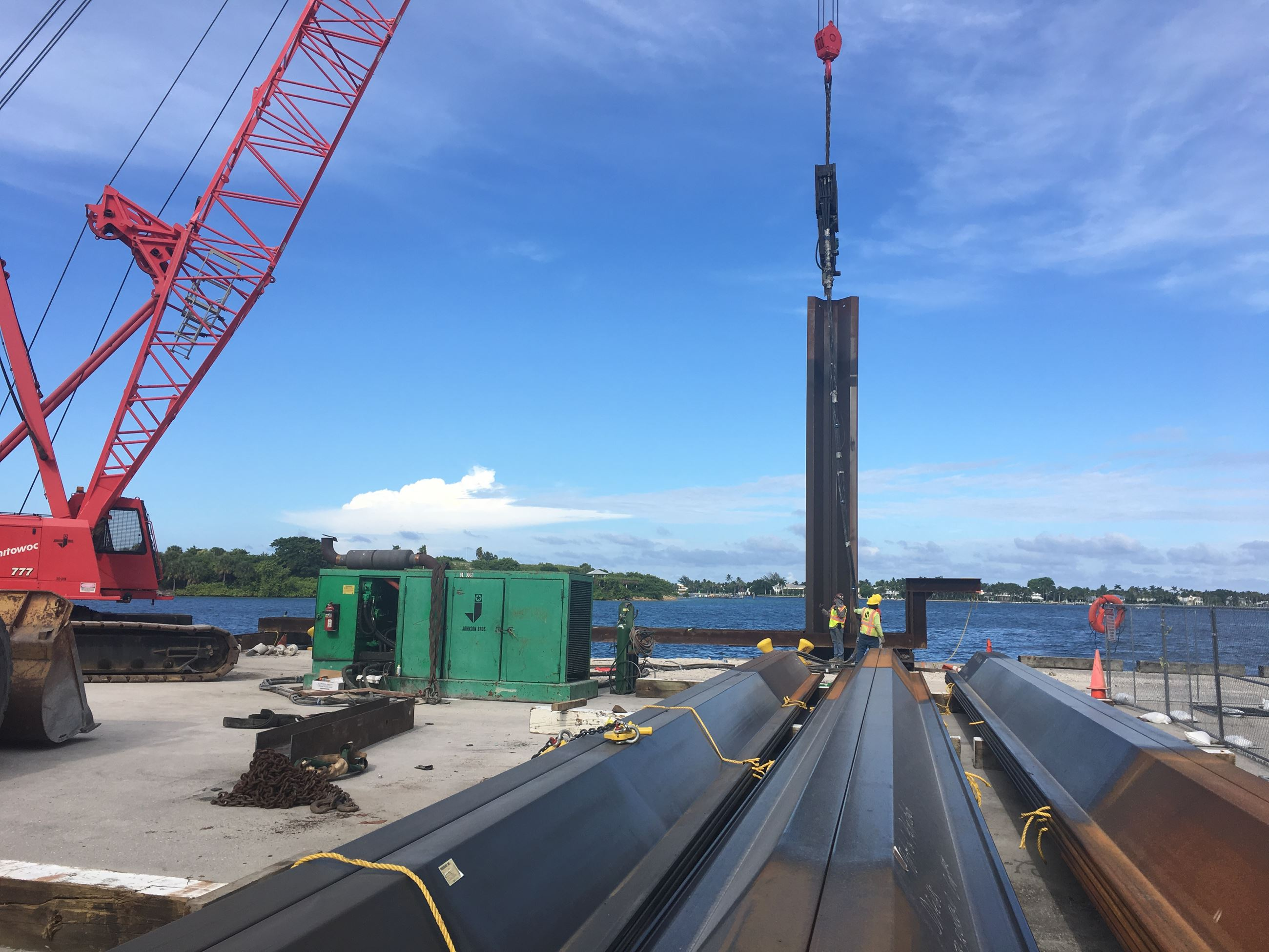 Installment of new steel sheet piles begin